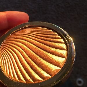 Milani highlighter in glowing